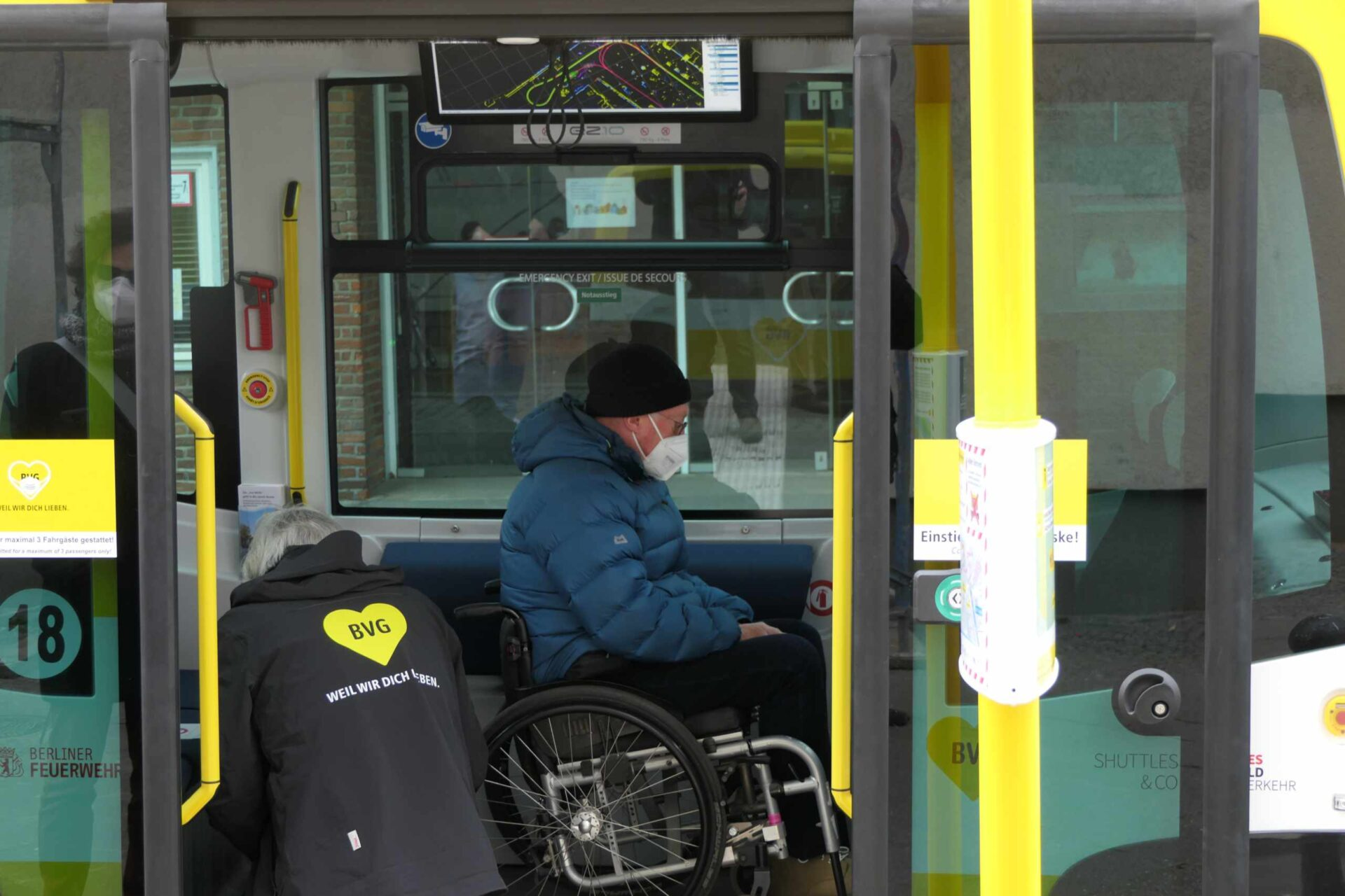 Rollstuhtauglichkeit der Shuttles bei der Testfahrt auf der Bürgerkonferenz geprobt