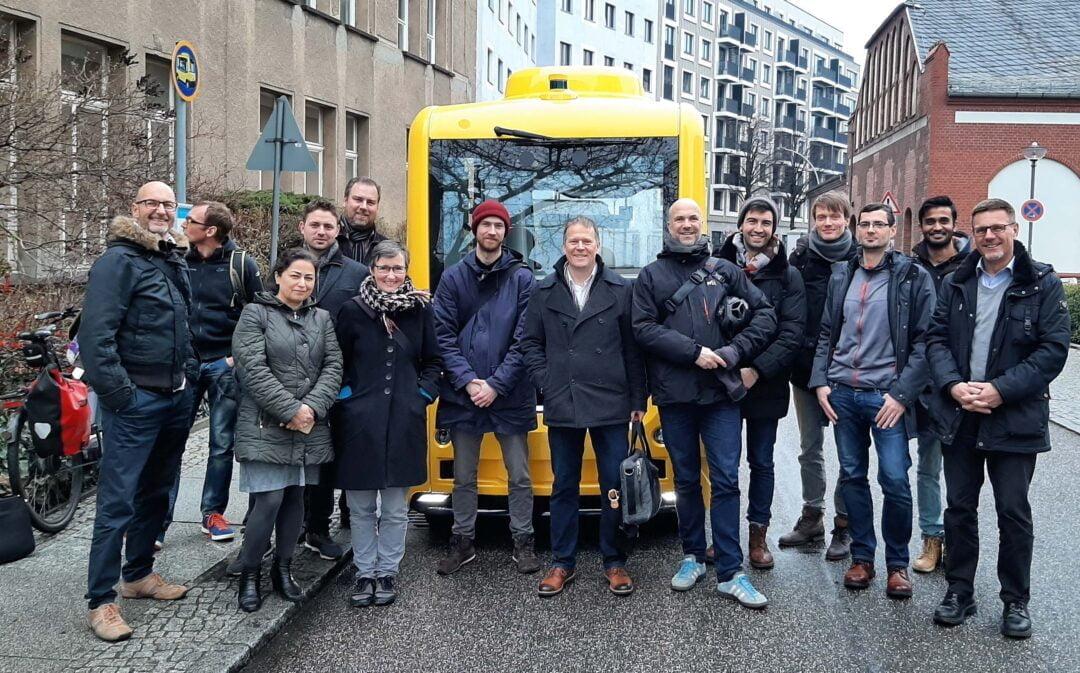 Projektteam vor dem autonomen Bus auf dem Charite Campus
