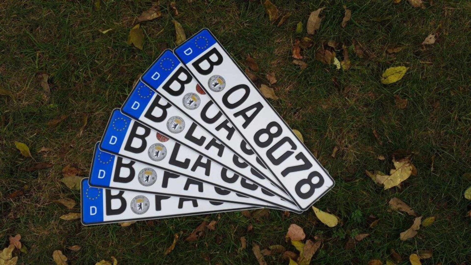 Frisch zugelassene Kfz Nummernschilder